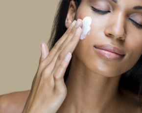 winter-beauty-problems-woman-applying-moisturizer